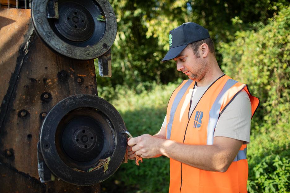 L'entretien des accotements routiers et autoroutiers en toute sécurité.